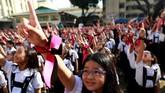 Sementara sejumlah siswa St Scholastica's College, Manila, Filipina, merayakan Valentine dengan ikut serta menari dalam kampanye global One BIllion Rising pada Kamis (14/2). Kampanye global itu bertujuan untuk mengakhiri kekerasan terhadap perempuan dan anak. (REUTERS/Eloisa Lopez)