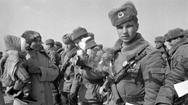 Kekalahan di Afghanistan mencoreng citra Presiden Uni Soviet saat itu, Mikhail Gorbachev, dan membuat kekuasaan mereka runtuh menjelang 1990-an. (Photo by VITALY ARMAND / AFP)