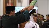 Khofifah Indar Parawansa (kanan) mengucapkan sumpah di bawah Alquran saat dilantik Presiden RI Joko Widodo (Jokowi) sebagai Gubernur Jawa Timur periode 2019-2024, Istana Negara, Jakarta Pusat, 13 Februari 2019. (ANTARA FOTO/Puspa Perwitasari)