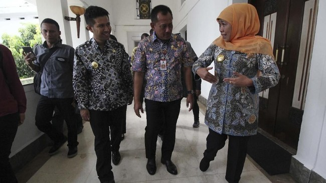 Gubernur Jawa Timur Khofifah Indar Parawansa (kanan) berbincang dengan Wakil Gubernur Jawa Timur Emil Elestianto Dardak (kedua kiri) dan Sekretaris Daerah Provinsi Jawa Timur Heru Tjahjono (kedua kanan) saat meninjau tempat kerja di kompleks Kantor Gubernur Jatim, Surabaya, 15Februari 2019. (ANTARA FOTO/Moch Asim)