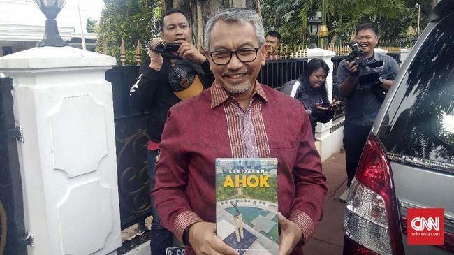Sowan ke Ketua DPRD, Syaikhu Dapat Buku <i>Kebijakan Ahok</i>