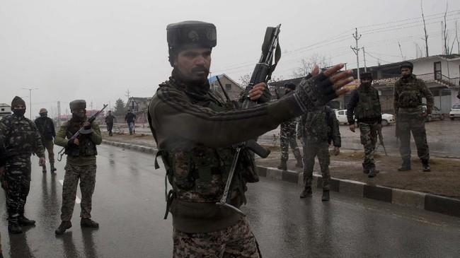 Kelompok militan Jaish-e-Mohammad mengklaim bertanggung jawab atas serangan itu. Pemerintah India juga menyalahkan organisasi separatis militan yang bermarkas di Pakistan tersebut. (AP Photo/Dar Yasin)