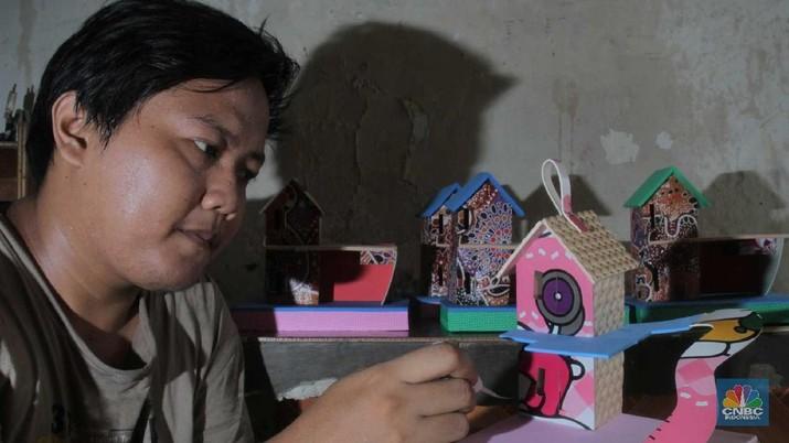 Limbah karet sisa pabrik diubah pengrajin kampung Rawa Semut menjadi pajangan rumah dan mainan anak-anak.