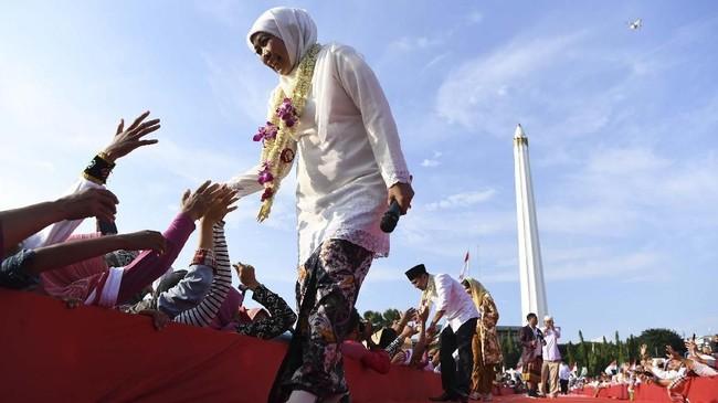 Khofifah Indar Parawansa (kiri) menyampaikan pidato pertamanya sebagai gubernur di hadapan masyarakat Jatim di komplek Tugu Pahlawan, Surabaya, 14Februari 2019. (ANTARA FOTO/Zabur Karuru)