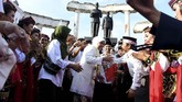 Gubernur Jawa Timur Khofifah Indar Parawansa (tengah) bersama Wakil Gubernur Jawa Timur Emil Elestianto Dardak menyapa warga di kawasan Tugu Pahlawan, Surabaya, Jawa Timur, 14Februari 2019. (ANTARA FOTO/Zabur Karuru)