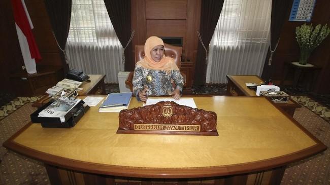 Gubernur Jawa Timur Khofifah Indar Parawansa beraktivitas di ruang kerjanya di kompleks Kantor Gubernur Jatim, Surabaya, 15 Februari 2019. Dalam 99 hari pertama bekerja sebagai gubernur, Khofifah menyiapkan sejumlah program dengan jargon Cepat, Efektif, Tanggap dan Responsif (CETAR). (ANTARA FOTO/Moch Asim)