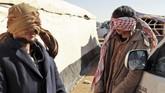 Pejuang kelompok ISIS yang melarikan diri dari garis depan Baghouz, dekat perbatasan Irak, setelah tertangkap oleh pasukan SDF pada 30 Januari 2019 lalu. (Delil SOULEIMAN / AFP)