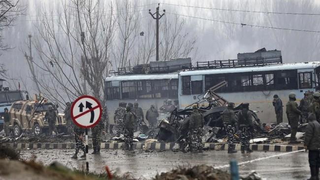 Konvoi yang mengangkut anggota Pusat Pasukan Polisi Cadangan (CRPF) itu sedang berada di jalan protokol saat dihantam alat peledak buatan. (AP Photo/Umer Asif)
