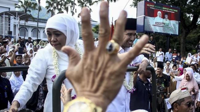 Gubernur Jawa Timur Khofifah Indar Parawansa (kiri)dan Wakil Gubernur Jawa Timur Emil Dardak (kanan) mendatangi Masjid Al Akbar Surabaya untuk melakukan sujud syukur setelah dilantik sebagai pasangan kepala daerah Jatim, Surabaya, 14 Februari 2019. (ANTARA FOTO/Umarul Faruq)