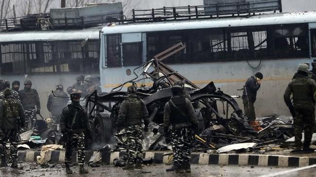 Setidaknya 40 orang tewas ketika sebuah bom meledak di tengah iring-iringan personel paramiliterIndiadi Kashmir pada Kamis (14/2). (STR/AFP)