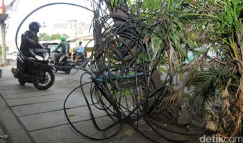 Duh! Kabel-kabel di Duri Kosambi Kusut Banget