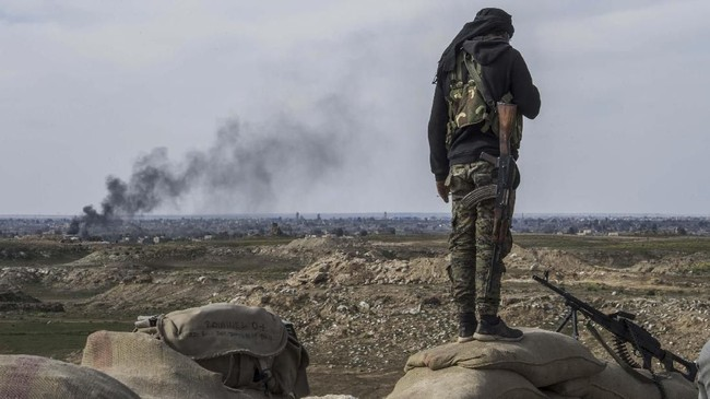 Letupan senapan serbu dan dentuman ledakan terdengar bersahut-sahutan di Kota Baghouz, Suriah. (Fadel SENNA / AFP)