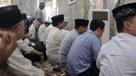 Salat Jumat di Masjid Kauman, Prabowo Duduk di Barisan Depan