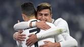 Cristiano Ronaldo merayakan gol bersama Paulo Dybala. Ronaldo tetap menjadi top skor sementara Liga Italia dengan 19 gol. (REUTERS/Massimo Pinca)