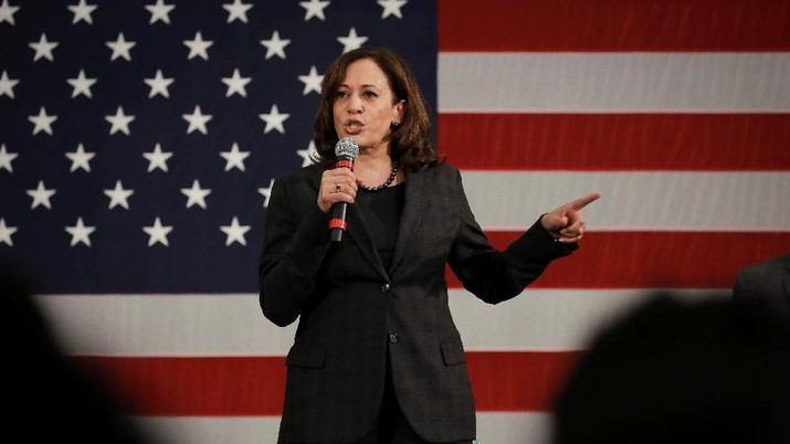 U.S. Senator and Democratic presidential hopeful Kamala Harris campaigns at a town hall in North Charleston, South Carolina, U.S., February 15, 2019.  REUTERS/Elijah Nouvelage