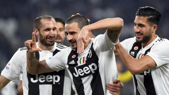 Leonardo Bonucci merayakan gol ke gawang Frosinone bersama Giorgio Chiellini dan Emre Can. Bonucci kembali bermain setelah absen cukup lama karena cedera. (REUTERS/Massimo Pinca)