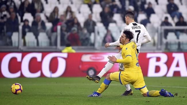Cristiano Ronaldo mencetak gol ketiga Juventus pada menit ke-63 memanfaatkan umpan tarik Mario Mandzukic. (REUTERS/Massimo Pinca)