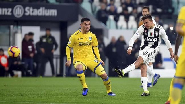 Laga berjalan enam menit Juventus mampu unggul lewat gol spektakuler Paulo Dybala. Pemain asal Argentina itu melepaskan tendangan keras dari luar kotak penalti usai menerima umpan Cristiano Ronaldo. (REUTERS/Massimo Pinca)