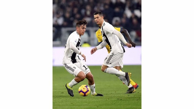 Paulo Dybala dan Cristiano Ronaldo beraksi saat Juventus melawan Frosinone. Sebelumnya sejumlah media menganggap Dybala dan Ronaldo tidak cocok main bersama. (REUTERS/Massimo Pinca)