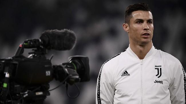 Penyerang Juventus Cristiano Ronaldo sebelum pertandingan melawan Frosinone pada lanjutan Serie A Liga Italia di Stadion Allianz, Turin, Jumat (14/2). (Marco BERTORELLO / AFP)