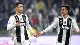 Cristiano Ronaldo memperlihatkan 'kemesraan' dengan Paulo Dybala di atas lapangan saat Juventus mengalahkan Frosinone. Juventus kini unggul 14 poin atas Napoli di klasemen Liga Italia. (REUTERS/Massimo Pinca)