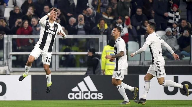Paulo Dybala merayakan gol bersama Joao Cancelo dan Cristiano Ronaldo. Dybala mengikuti gaya selebrasi Ronaldo ketika melawan Sassuolo yang menggabungkan selebrasi Dybala Mask dan selebrasi ciri khas Ronaldo. (REUTERS/Massimo Pinca)