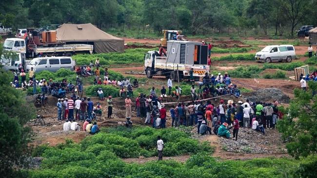 Tim pencari berhasil menyelamatkan delapan orang dari kecelakaan tambang sejak Jumat (15/2) lalu. (Photo by Jekesai NJIKIZANA / AFP)