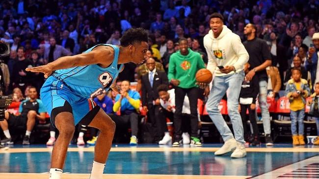 Diallo merayakan keberhasilan melakukan dunk sembari melompati Shaquille O'Neal dalam kontes slam dunk. (Bob Donnan-USA TODAY Sports)