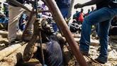 Emas dari tambang ilegal justru menjadi salah satu pemasukan cukup besar untuk Zimbabwe. Pada 2018 tercatat emas hasil penambangan ilegal mencapai 33 miliar ton. (Photo by Jekesai NJIKIZANA / AFP)