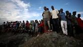 Kerabat dan sejawat para penambang menanti dengan cemas proses penyelamatan dan evakuasi. (REUTERS/Mike Hutchings)