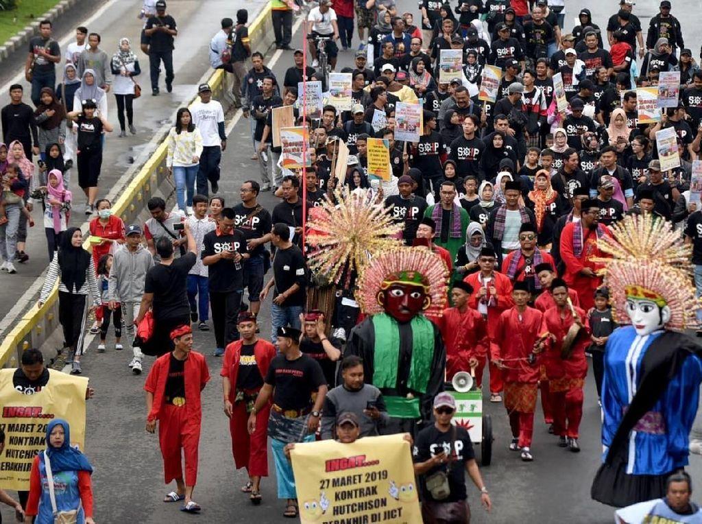 Sejumlah pekerja dari Jakarta International Container Terminal (SP JICT) dan Pelabuhan Indonesia mengadakan aksi karnaval kesenian Betawi di Bundaran Hotel Indonesia (HI) Jakarta, Minggu (17/2/2019). Foto: dok. JICT