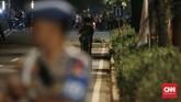 Warga terlihat panik saat ledakan menghantui nonton bareng debat capres 2019, polisi segera membuat barikade pengamanan serta penyisiran di lokasi ledakan. (CNN Indonesia/Andry Novelino)