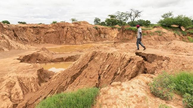 Operasi pencarian sempat terhenti karena hujan deras, yang membuat debit air di tambang bawah tanah bertambah. (Photo by Jekesai NJIKIZANA / AFP)