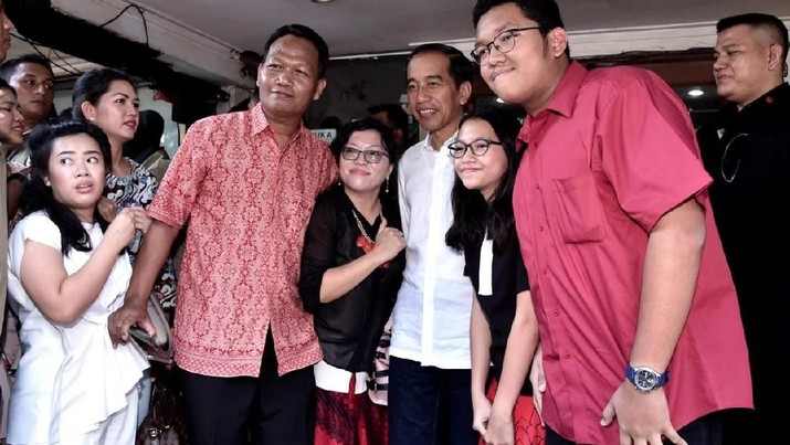 Jelang debat capres kedua, Jokowi Widodo sebagai petahana justru tampak sibuk bersantai sedari pagi. Mulai dari olahraga, sampai makan bersama keluarga.