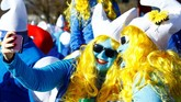 Mereka menerapkan aturan yang sangat ketat: hanya yang berbusana Smurf dan masuk dalam foto grup yang dihitung. Masing-masing juga diwajibkan pakai topi putih. (REUTERS/Arnd Wiegmann)