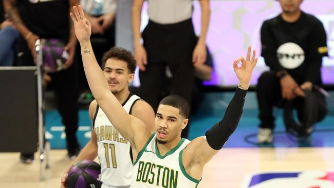 Forward Boston Celtics Jayson Tatum menjadi juara skills challenge mengungguli tujuh pesaingnya. (Jim Dedmon-USA TODAY Sports)