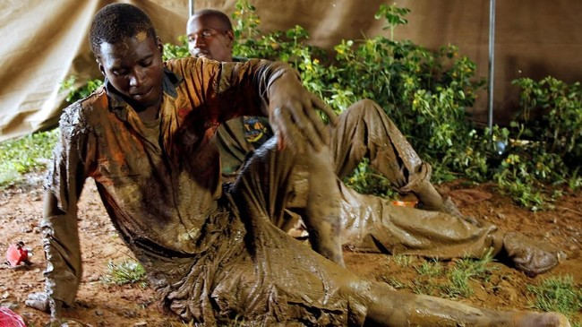 Para penambang ilegal Zimbabwe hanya berbekal sekop dan pacul kecil untuk mencari emas. (REUTERS/Philimon Bulawayo)