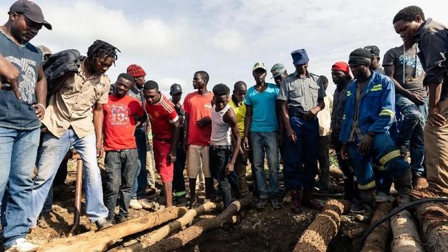 Kecelakaan tambang emas ilegal di Cricket Mine, Kadoma, Provinsi Barat Mashonaland, Zimbabwe merenggtu nyawa 23 orang. (Photo by Jekesai NJIKIZANA / AFP)