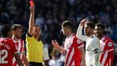Sergio Ramos bereaksi ketika mendapat kartu merah dari wasit Guillermo Cuadra. Ini adalah kartu merah ke-25 Ramos di pentas La Liga Spanyol. (REUTERS/Susana Vera)