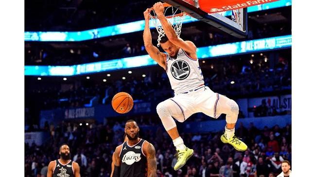 Bintang Tim Giannis, Stephen Curry, melakukan dunk. Tim Giannis unggul 92-82 di babak pertama atas Tim LeBron. (REUTERS/Bob Donnan-USA TODAY Sports)