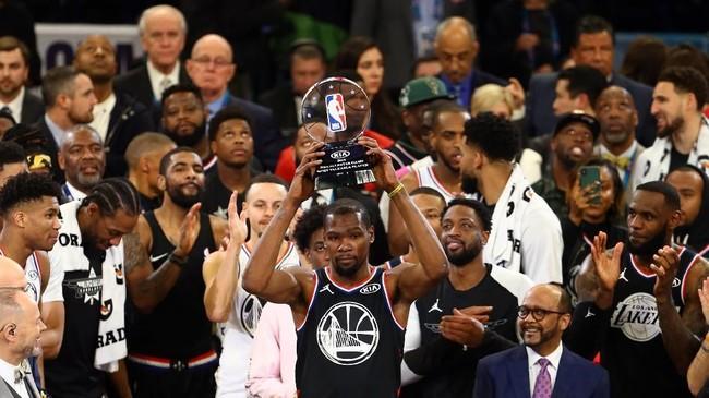 Forward Tim Lebron dari Golden State Warriors, Kevin Durant, terpilih sebagai MVP NBA All Star 2019 setelah mencetak 38 poin. (REUTERS/Jeremy Brevard-USA TODAY Sports)