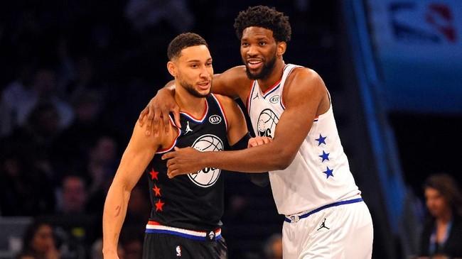 Dua pemain Philadelphia 76ers yang memperkuat dua tim berbeda di NBA All Star 2019, Joel Embiid dan Ben Simmons, berpelukan di sela pertandingan. (REUTERS/Bob Donnan-USA TODAY Sports)