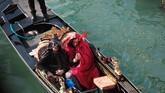 Gondola, keriaan, lampu, dan musik menjadi pemandangan lumrah di Venesia hingga malam hari. (REUTERS/Manuel Silvestri)