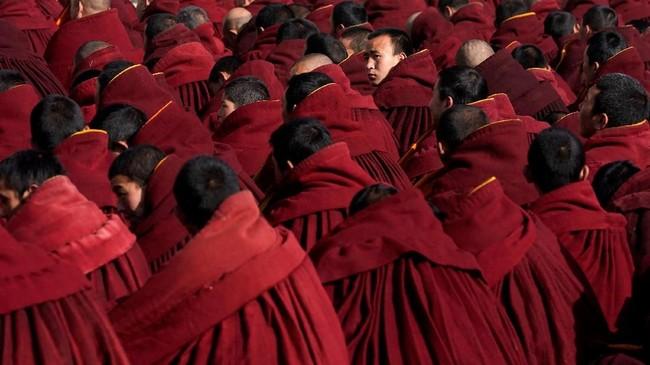 Dikenal juga sebagai 'Budha berjemur', festival ini diadakan di biara setiap tahun di bulan pertama kalender lunar Tibet. (REUTERS/Aly Song)