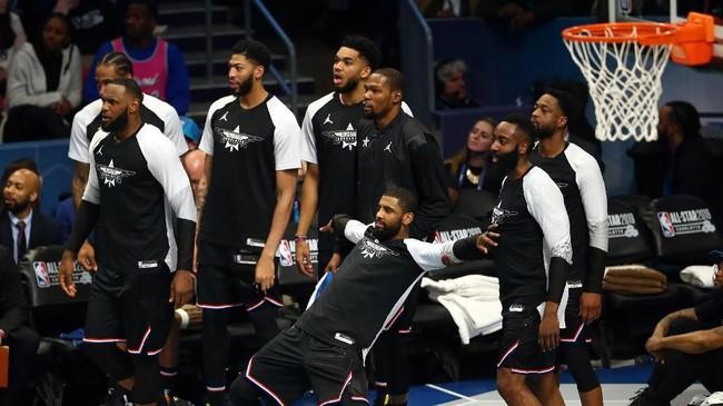 Sejumlah pemain Tim Lebron bereaksi di pinggir lapangan setelah mereka berhasil mencetak angka. Tim LeBron akhirnya menang 178-164 atas Tim Giannis. (REUTERS/Jeremy Brevard-USA TODAY Sports)