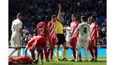 Sergio Ramos mendapat kartu merah dari wasit Guillermo Cuadra dengan pemain Girona Pedro Alcala terkapar di atas lapangan. (REUTERS/Susana Vera)