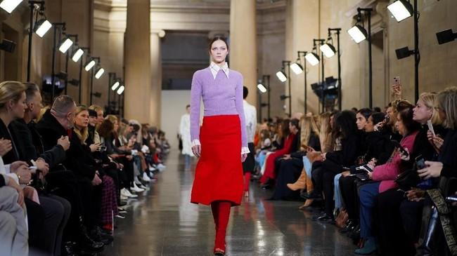 Victoria Beckham biasanya memiliki mood yang berubah-ubah. Suatu saat dia gemar membuat cutting boyish dan maskulin, dan di saat lain dia membuat gaya feminin. (REUTERS/Henry Nicholls)