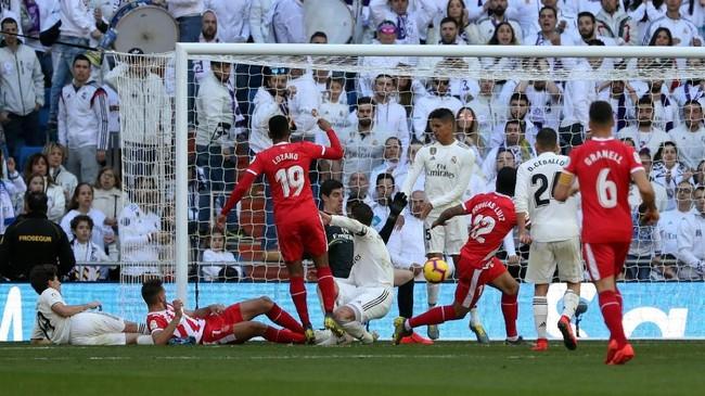 Girona berhasil menyamakan kedudukan melalui penalti Cristhian Stuani pada menit ke-65 setelah Sergio Ramos menahan bola dengan tangan dalam situasi kemelut di dalam kotak penalti Real Madrid. (REUTERS/Susana Vera)