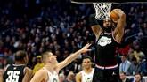 Kapten Tim Lebron, Lebron James, melakukan dunk di hadapan pemain Tim Giannis Nikola Jokic dari Denver Nuggets. (REUTERS/Peter Casey-USA TODAY Sports)