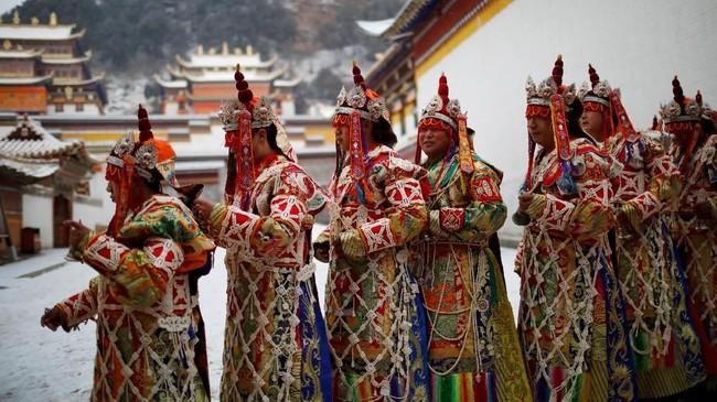 Masyarakat etnis Tibet pun berdoa di sekitar Biara Labrang sebelum Festival Budha Berjemur di Gansu, China. (REUTERS/Aly Song)